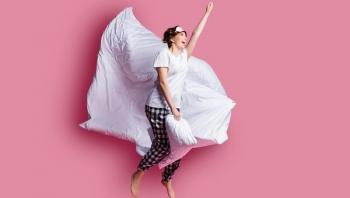 4 فوائد لوضع وسادة خفيفة بين الساقين عند النوم