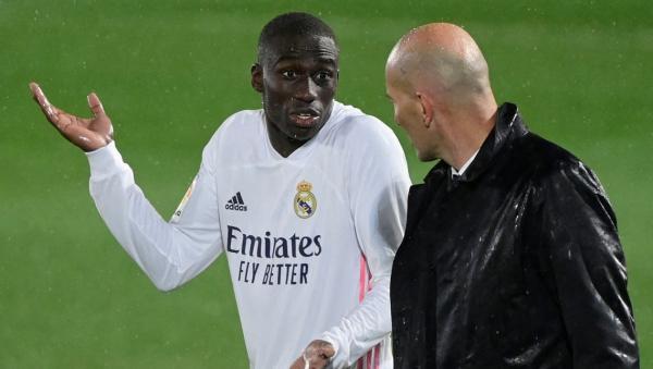 زيدان خلال المباراة في حديث مع الفرنسي ميندي