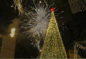 بيت لحم تضيء شجرة عيد الميلاد (صور)