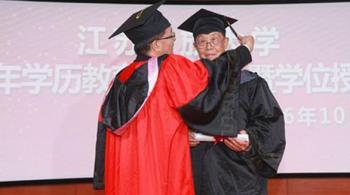 ثمانينيان صينيان يحتفلان بحصولهما على البكالوريوس