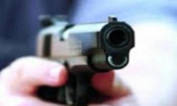 عشريني يطلق النار على نفسه اثناء عبثه بمسدس في ماعين