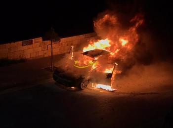 حريق مركبة في عمان (صور)