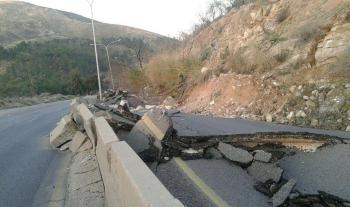 انهيار جبلي يغلق طريق اربد عمان (فيديو)