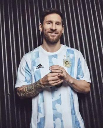 ميسي يكشف عن قميص المنتخب الأرجنتيني الجديد في كوبا أمريكا