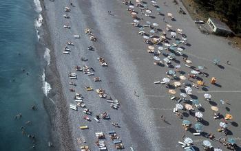 طبيب يقدم 7 نصائح مهمة لتجنب الحروق وأضرار البشرة على الشاطئ