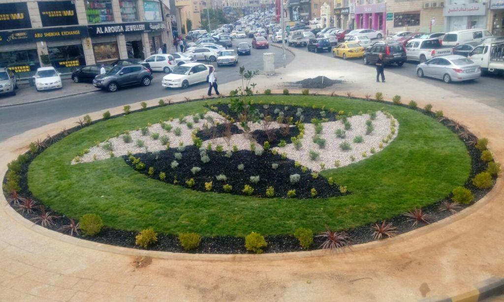 حملة لتأهيل الجزر الوسطية وأشجار الأرصفة واللوبات في عمان (صور)