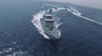 القوة البحرية تخمد حريقاً في قارب سياحي