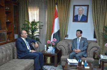 العضايلة والسفير اليمني في القاهرة يناقشان التعاون والتنسيق بين البلدين