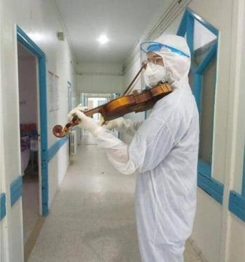 طبيب تونسي يعزف الألحان  ..  ما القصة؟