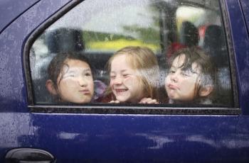 لماذا لا يجب ترك الأطفال وحدهم بالسيارة؟