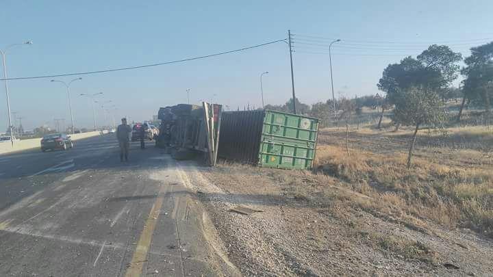 اصابة إثر انقلاب شاحنة على طريق المطار