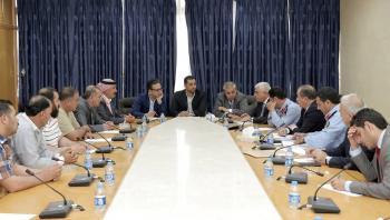 اتفاق نيابي حكومي برفع منع السفر عن سائقي عمومي