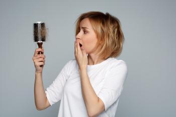 ما الذي يتسبب في تساقط الشعر عند النساء؟
