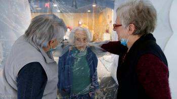 فقاعة العناق ..  حل مبتكر لاحتضان المسنين في زمن كورونا