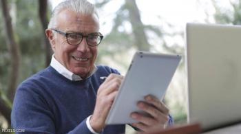 كيف يؤثر الإنترنت على الصحة العقلية لكبار السن؟ ..  العلم يجيب