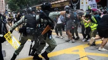 الصين تدشن قانون هونغ كونغ ..  أول اعتقال لحامل علم