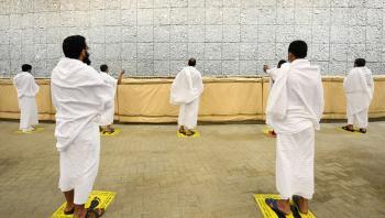 الحجاج يرمون جمرة العقبة الكبرى بأول أيام عيد الأضحى