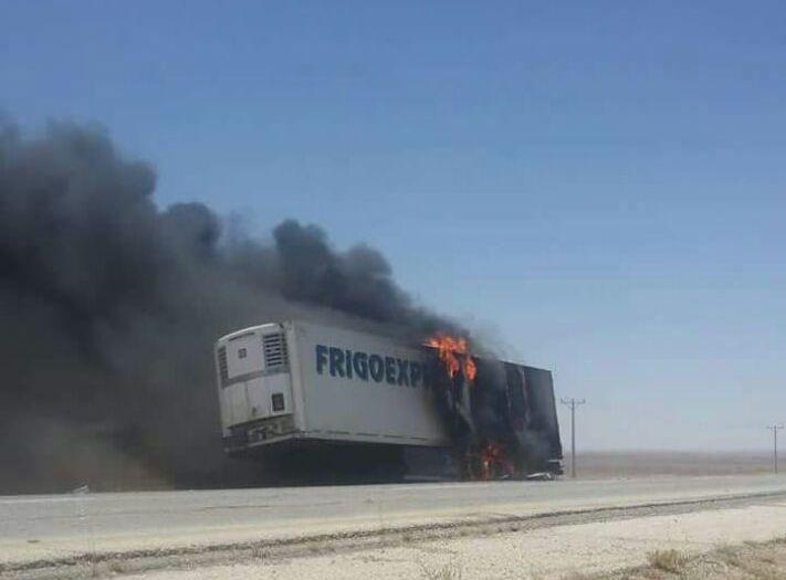 حريق شاحنة على طريق الأزرق