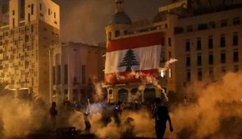 محتجون يضرمون النار عند بوابة البرلمان اللبناني