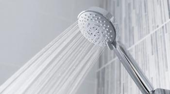 ما تأثير الاستحمام بالماء الساخن في الصباح؟