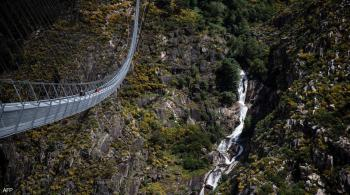 البرتغال تقيم أطول جسر مشاة بالعالم