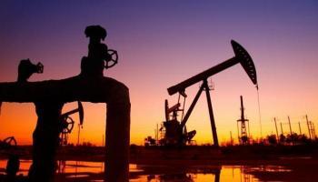 النفط يتراجع بعد زيادة مفاجئة في المخزون الأمريكي