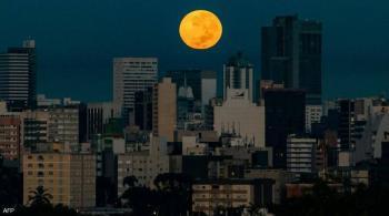 قمر الفراولة ..  العالم يترقب آخر عملاق هذا العام