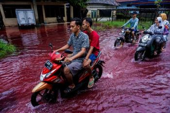 مياه حمراء غريبة تجتاح قرية إندونيسية