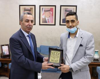التربية تكرم الطالب الفائز بلقب بطل تحدي القراءة العربي