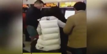 بالفيديو: رجل يضرب امرأة تخطت الطابور بمحطة المترو