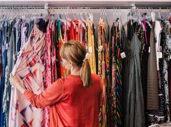 علان: ارتفاع أسعار الألبسة 15% بسبب تكاليف الشحن