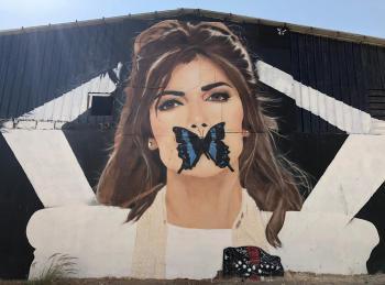 فنان سعودي يحول الجدران إلى لوحات فنية