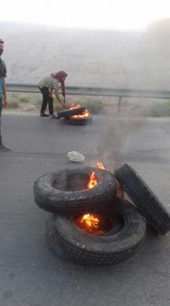 محتجون يغلقون شارعا في الكرك