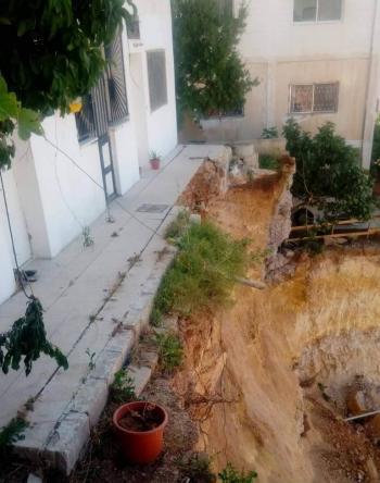 إخلاء بناية في صويلح بعد انهيار جدارها الاستنادي