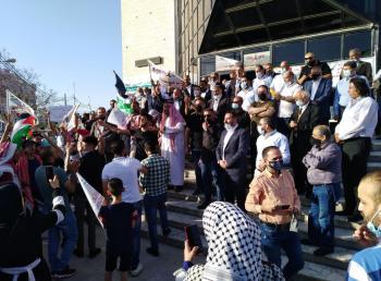 إربد: تجار وصحفيون ينفذون وقفة نصرة للقدس وغزة