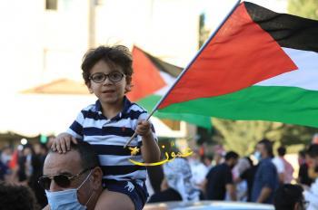 لليوم الثامن ..  مظاهرة قرب السفارة الاسرائيلية تطالب بطرد السفير
