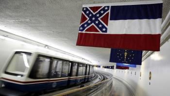 آخر ولاية أمريكية تزيل شعار الكونفدرالية عن علمها