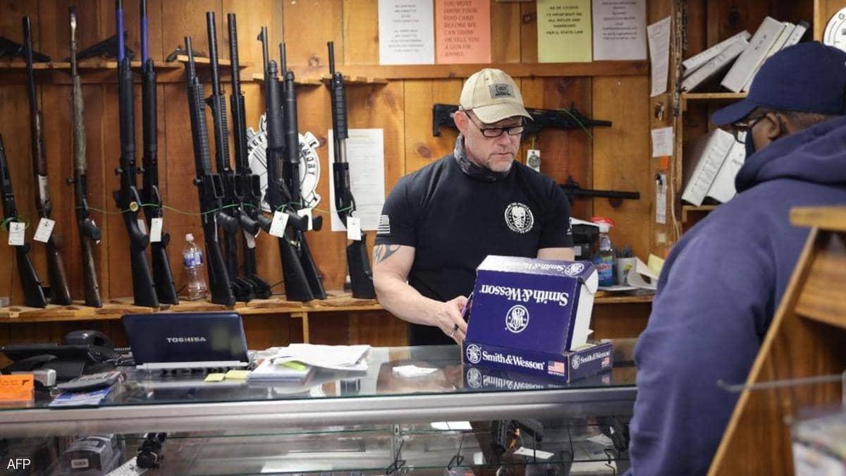 استطلاع: ثلثا الأميركيين يؤيدون قيودا أكبر على ملكية السلاح