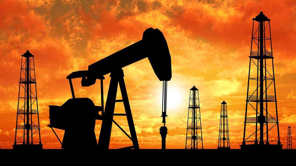 النفط يرتفع نحو 5% بفعل تمديد محتمل لخفض الإنتاج