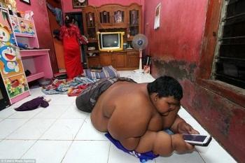 «المعكرونة» و«الكولا» تتسبب في زيادة وزن طفل إندونيسي إلى 190 كيلو