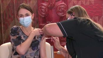 رئيسة وزراء نيوزيلندا تتلقى الجرعة الأولى من لقاح فايزر