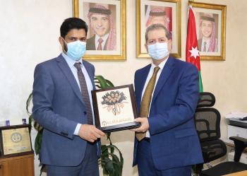 بحث سبل التعاون بين عمان العربية وسفارة سلطنة عُمان