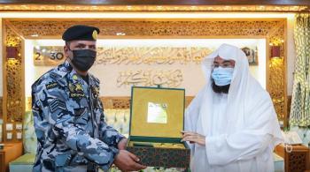 السعودية تكرم رجل أمن منع شخصاً زعم أنه المهدي المنتظر من اعتلاء منبر الحرم المكي
