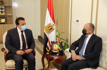 بحث زيادة عدد المنح للطلبة الأردنيين في مصر