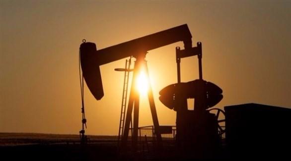 النفط يرتفع ويسجل أسوأ أداء له منذ عقدين