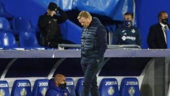 جمهور برشلونة يصب غضبه على كومان بعد خسارته أمام الريال