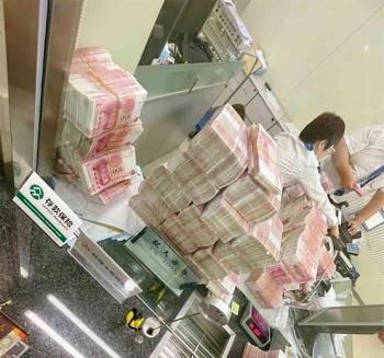 مليونير يعاقب موظفي بنك بـ عدّ 5 ملايين يوان ورقة ورقة