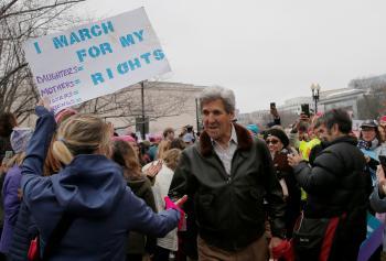 كيري في مسيرة مناهضة لترامب