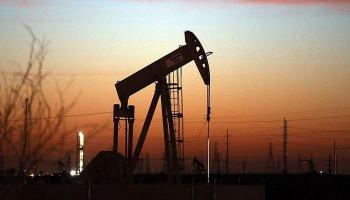 النفط قرب 67 دولارا للبرميل ..  ويتجه نحو مكسب أسبوعي