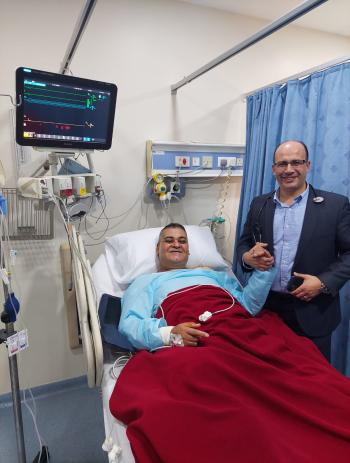 الدكتور محمد أحمد قعقور يجري عملية قلب للزميل بسام العريان